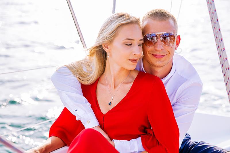 фото романтическая фотосессия на яхте в красном платье