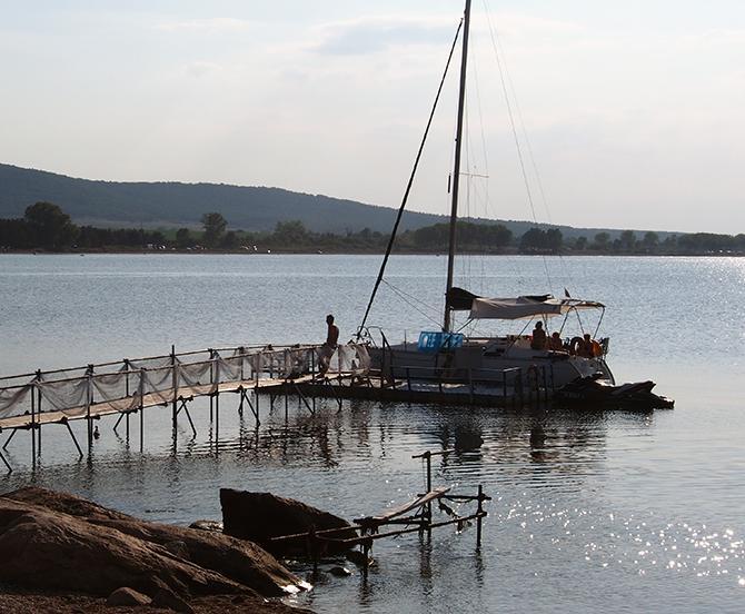 прогулка на парусной яхте крепость акра причал ресторана фото